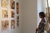 Mezi vystavenými obrazy jsou k vidění díla malovaná kávou.