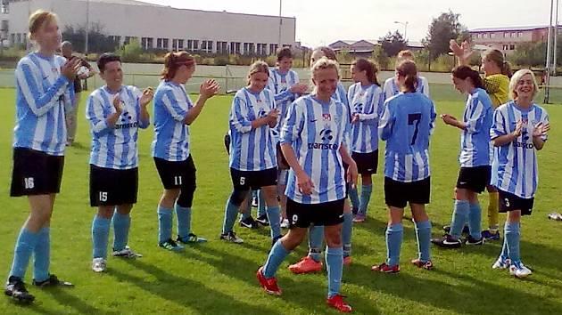 Čáslavské fotbalistky slaví výhru.