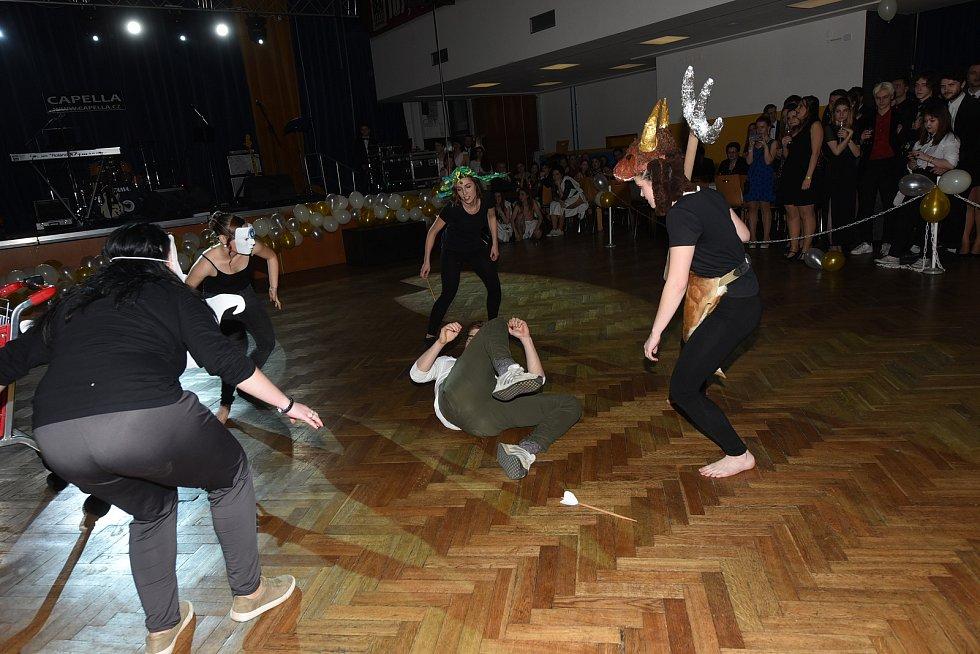 Gymnazisté z Nymburka připravili boží ples ve stylu starého Říma.