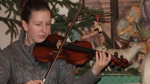 Zpívání u jesliček v kostele svatého Aloise v Uhlířských Janovicích 25. prosince 2013