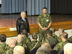 Záložníky na letecké základně v Čáslavi přijel pozdravit velitel vzdušných sil.