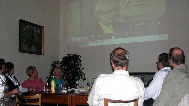 Čáslavská radnice sleduje volby.