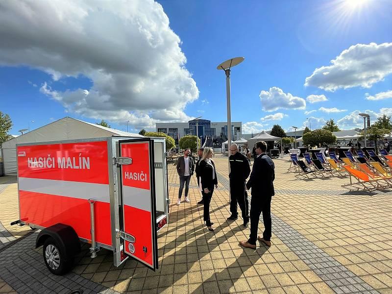 Z festivalu Foxconn Street Food Fest v Kutné Hoře. Na snímku předání přívěsného vozíku malínským dobrovolným hasičům.