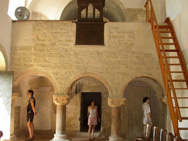 Interiér románského kostela sv Jakub v obci Jakub u Církvice