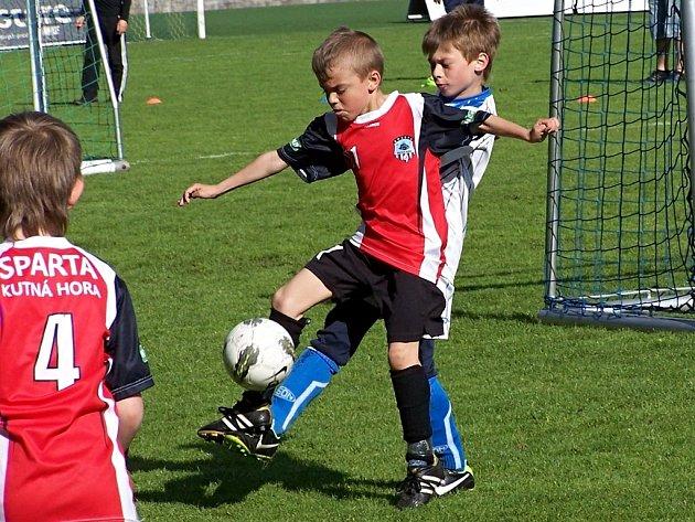 Z mistrovského utkání mladších přípravek FK Čáslav A - Sparta Kutná Hora A 5:10, souboj Matěje Hájka (vpředu) s Adamem Houfkem.