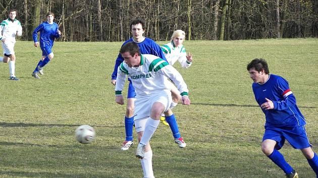 Kaňkovští (v modrém) byli často u míče jako druzí, což dokazuje i tato zápasová momentka.