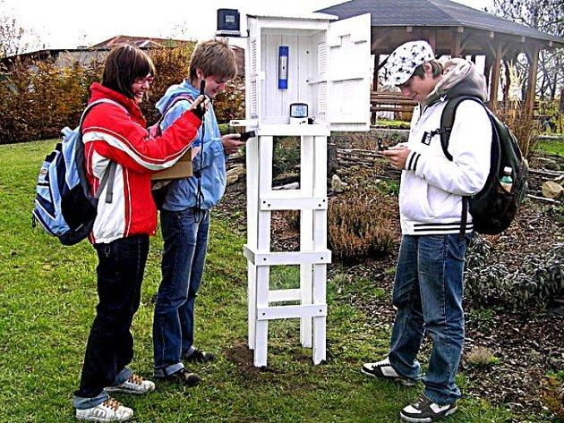 Studenti GJO s meteostanici.
