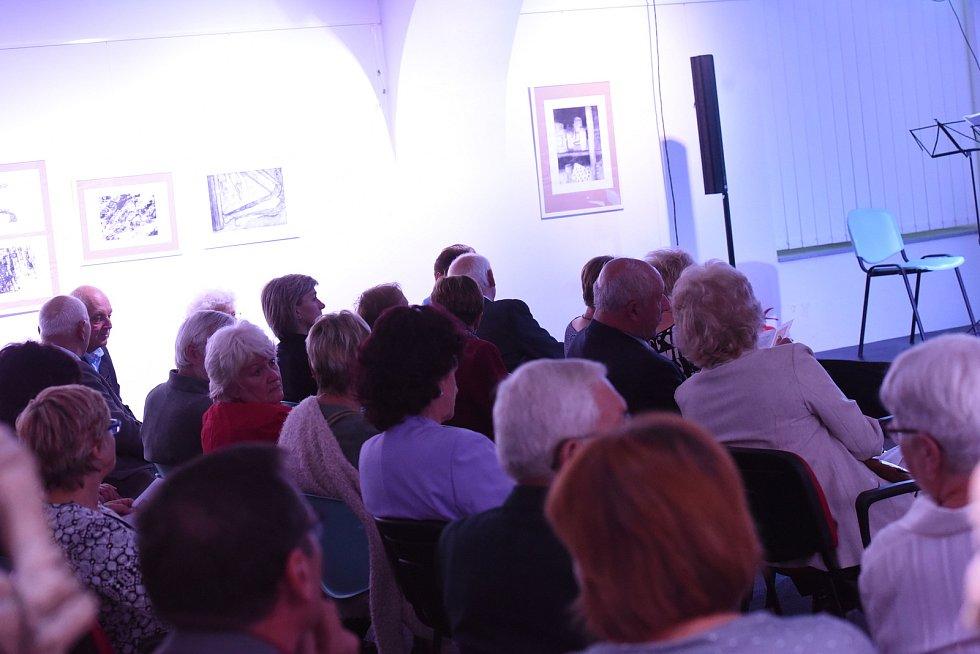 Sál podnikatelského inkubátoru Cerop vkolínském zámku se stal prvním koncertem vpodzimní sezoně kolínského Kruhu přátel hudby.