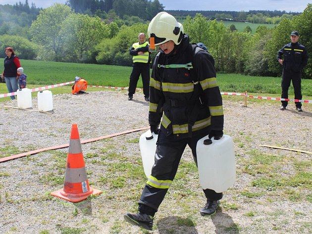 Profesionální hasiči změřili své síly v krajské soutěži Nejtvrdší hasič přežije