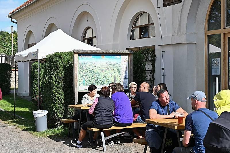Svatováclavská slavnost na nádvoří pivovaru v Malešově.