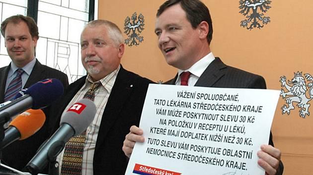 Z tiskové konference hejtmana Davida Ratha u příležitosti zavedení slevových kuponů v lékárnách nemocnic Středočeského kraje.
