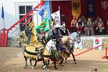 Turnaj královských rytířů na koních.