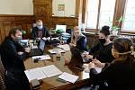 Z jednání představitelů města Kutná Hora v ochranných rouškách.