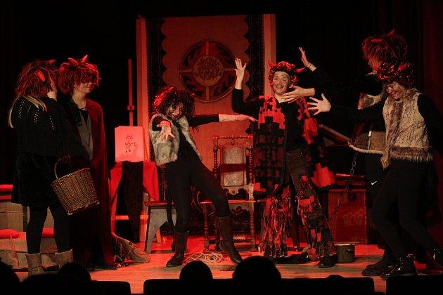 Tylova herecká škola odehrála pohádku Buchty v pekle.