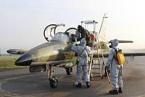 Z nácviku dekontaminace letecké techniky a personálu 213. výcvikové letky na letišti v Chotusicích.