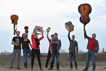 Harfa Band: Sázíme na vtipné texty a nestandardní pojetí folku.