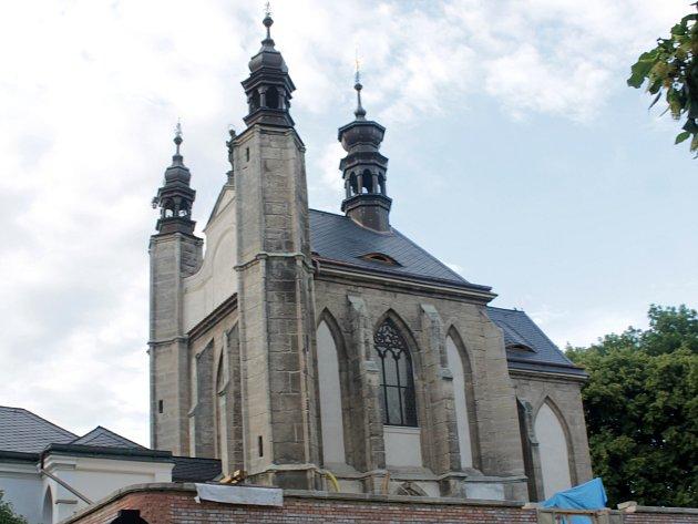 Hřbitovní kostel Všech svatých skostnicí