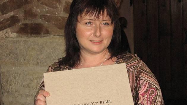 Ředitelka kutnohorské knihovny Gabriela Jarkulišová s Velislavovou biblí.