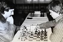 Mistrovské šachové utkání v Kutné Hoře. Hrál J. Stehlík mladší s J. Vosáhlem.
