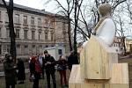 Socha koudelníka už má své místo v parku u kostela Matky Boží .