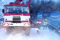 Silný vítr v noci ze čtvrtka na pátek navál na silnici sněhové jazyky. Díky nim zapadl i s vlekem například kamion u Uhlířských Janovic. Vyprostili jej uhlířskojanovičtí hasiči ve spolupráci s jednotkou z Kutné Hory. Na místo byla přivolána i Policie ČR.