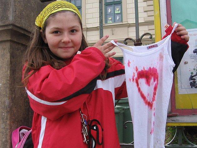 Monika Hradilová z Poličan s tílkem, které se ozdobila při hraní s textilními barvami a se savem.