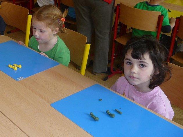 Děti tvořily z fimo a cernit hmoty.