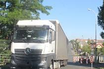 Kamion v Pražské ulici v Čáslavi po jednosměrném uzavření obchvatu města.