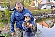 Z dětských rybářských závodů na rybníčku v Ratajích nad Sázavou.