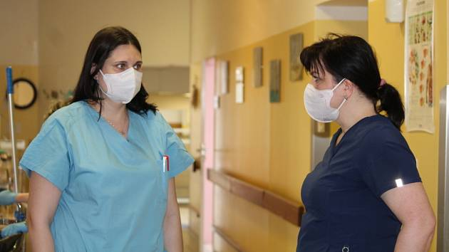 Staniční sestra interního oddělení Městské nemocnice Čáslav Vendula Soukaná diskutuje s primářkou anesteziologicko-resuscitační oddělení Petrou Běhounkovou.