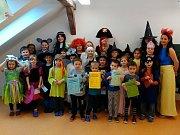 Na děti dohlížel pirát s makovou panenkou.