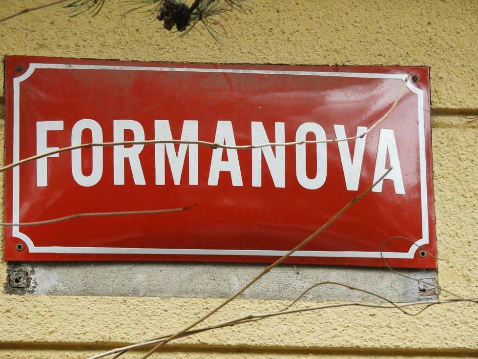 Bustu Miloše Formana na jeho rodném domě v Čáslavi.