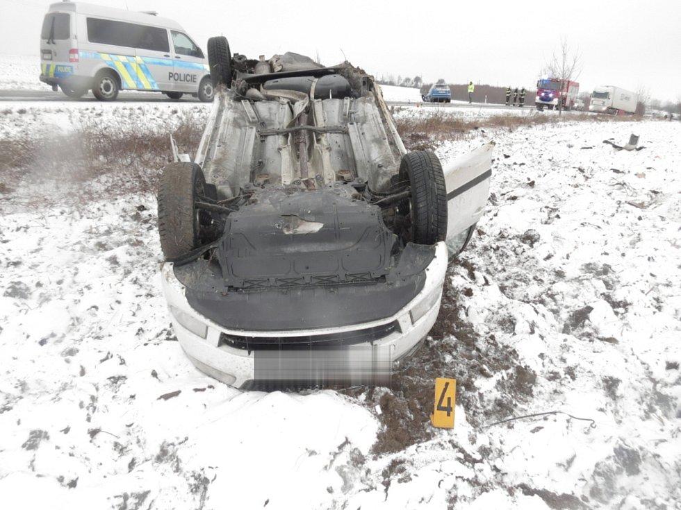 Dopravní nehoda mezi kutnohorským Karlovem a Církvicí. Řidič fabie měl přes dvě promile alkoholu v dechu.
