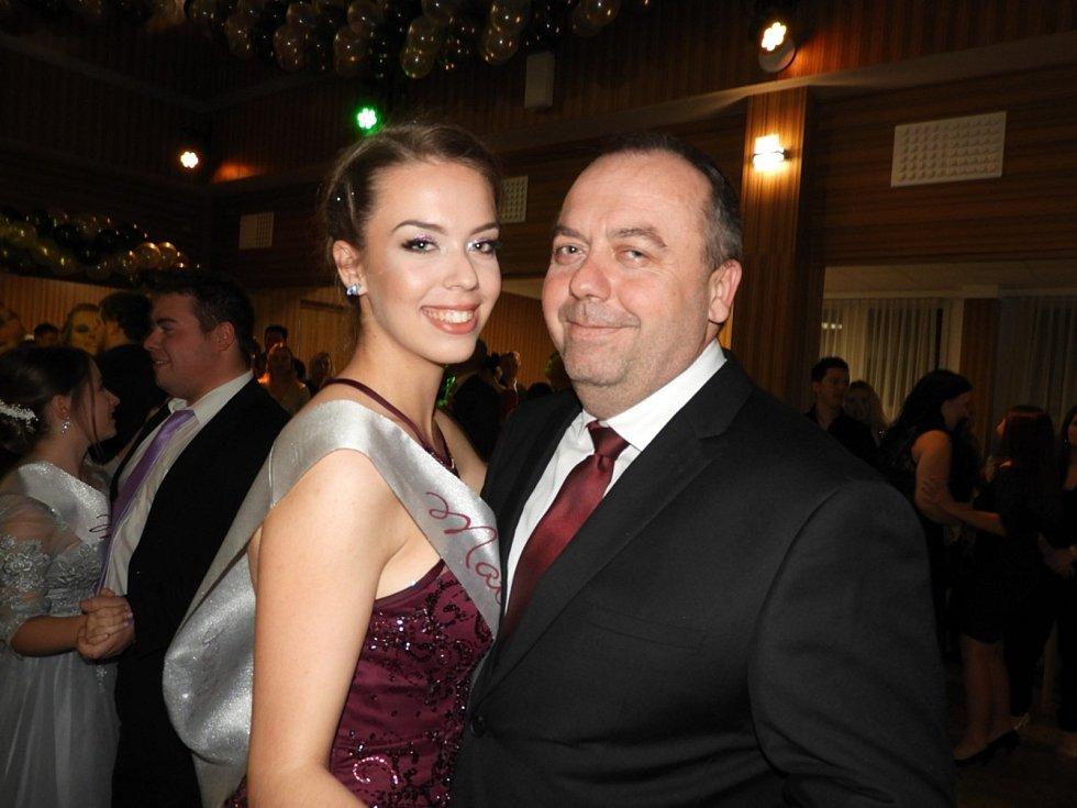 Z maturitního plesu obchodní akademie a ekonomického lycea ve společenském sále hotelu Grand v Čáslavi.