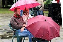 Kutnohorskou kocábku smáčel letos déšť, diváci se skryli pod deštníky a pláštníky