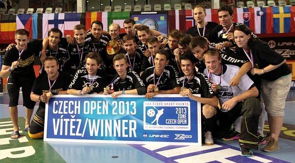 Vinohrady, vítěz Czech Open 2013.Jaromír Votruba - nahoře čtvrtý zleva, Michal Dolejš - dole třetí zprava.