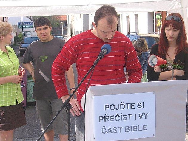 Z celonárodního čtení Bible v Čáslavi.