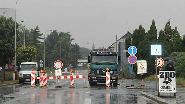 Uzavírka křižovatky ulic Masarykova a Benešova v Kutné Hoře kvůli výstavbě kruhového objezdu.