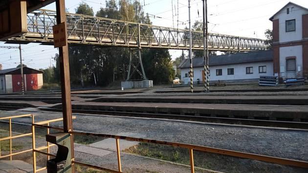 Lidé riskují svůj život. Svou cestu si zkracují přes železniční dráhu.