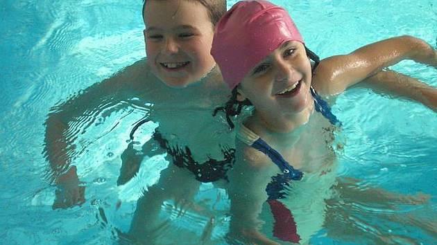 Žáci druhé třídy z I. Základní školy Zruč nad Sázavou v kutnohorském krytém bazénu.