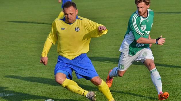 Trenér fotbalistů Sázavy Pavel Chuchla  (ve žlutém).