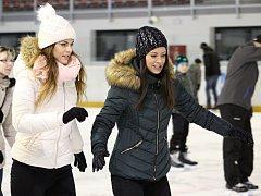 I na čáslavském zimním stadionu si lidé užívají bruslení.