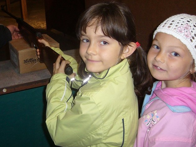 Malínští školáci absolvovali sportovně-branný den na střelnici, Veronika Stolínová a Natálie Pořízová (zleva).
