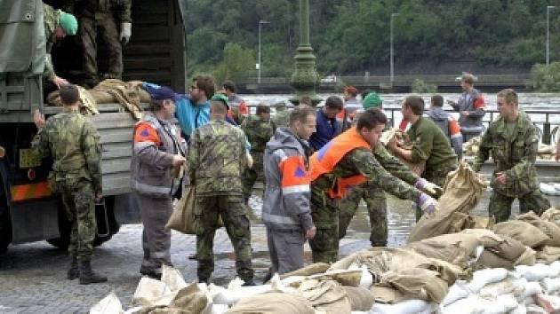 Pomáhali při povodních v roce 2002 v Praze.