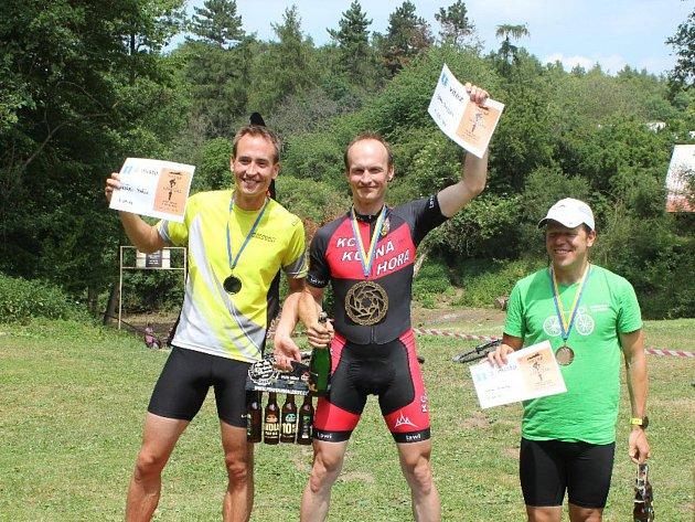 Nejlepší závodníci Welas Triatláku 2018. Zleva druhý Ondřej Pařík, vítěz Jan Rada a třetí Jan Knytl.