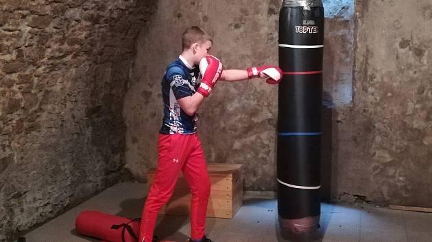Dvanáctiletý Sebastien Macháček trénuje během koronavirové pandemie doma ve sklepě.