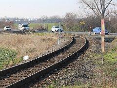 U Koudelova se nacházejí dva nechráněné přejezdy, lednová smrtelná nehoda se odehrála na tom, který kříží hlavní tah od Čáslavi směrem na obec Vrdy.