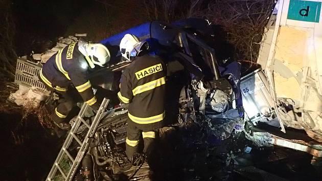 Na nechráněném přejezdu u Koudelova se srazily kamion a nákladní vlak.
