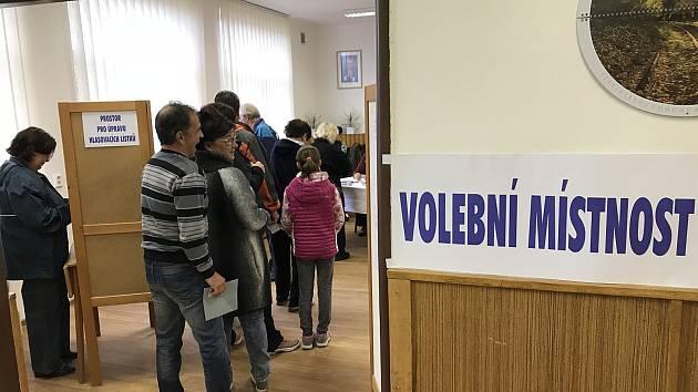 Volební místnost v Hlízově.