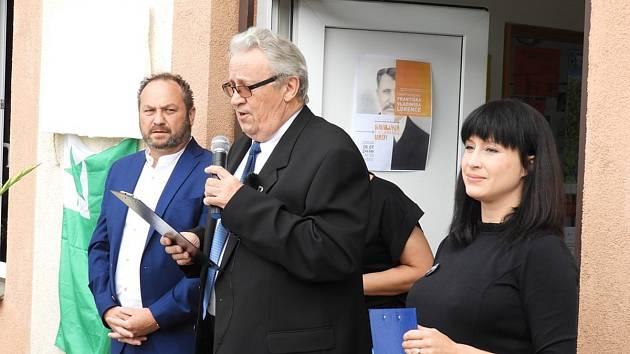 Ze slavnostního odhalení pamětní desky Františka Vladimíra Lorence na budově knihovny ve Vrdech.
